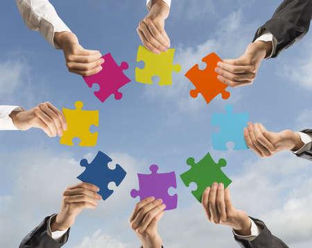 Concept van teamwork en integratie met zakenman die kleurrijke puzzel Stockfoto - 23729579