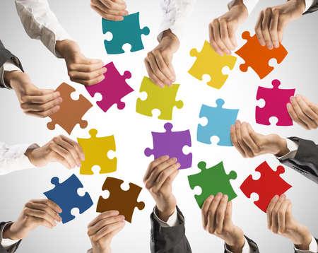 사업가 들고 화려한 퍼즐 팀웍과 통합의 개념 스톡 콘텐츠