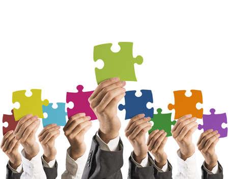 Konzept der Teamarbeit und Integration mit Geschäftsmann mit bunten Puzzle Standard-Bild - 23729582