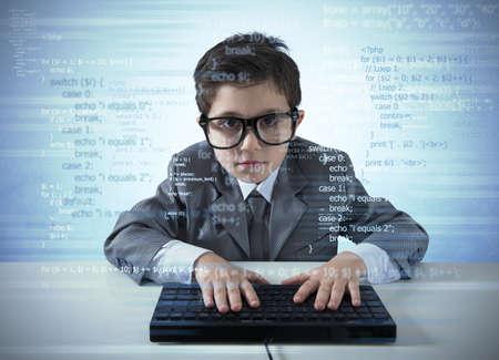 若いプログラマーのコンピューターに新しいソフトウェアを書いています。