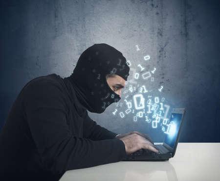 Hacker aan het werk met een laptop en binair getal