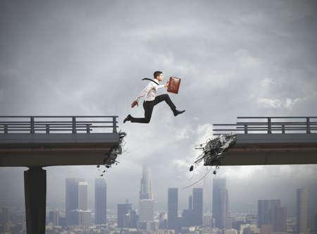 ビジネスマンは壊れた橋の問題を解決します。 写真素材