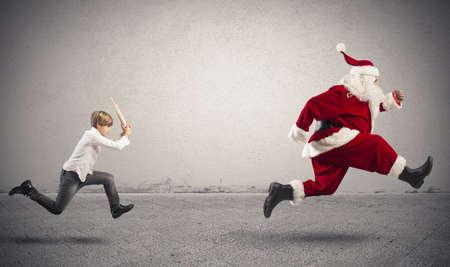 間違っている贈り物をサンタ クロースと怒っている子供