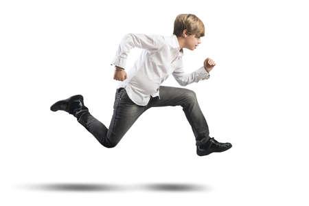 ni�o corriendo: Muchacho corriente joven aislado en fondo blanco