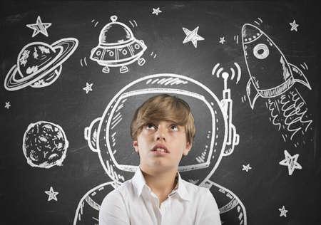 vision future: Kind dat droomt ervan in de ruimte met open ogen Stockfoto