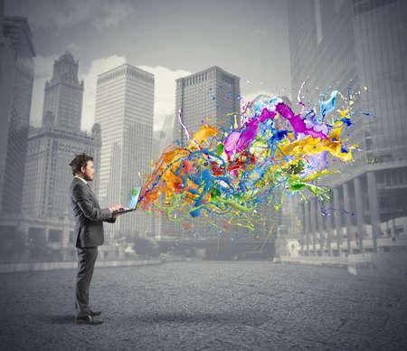 実業家のラップトップで働くと創造的なビジネスの概念