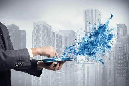 Concepto de tecnología creativa con el empresario y la tableta