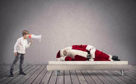 niños platicando: Un niño despierte dormido Santa Claus Foto de archivo