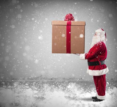 generosidad: Magia de la Navidad con Santa Claus con un regalo grande