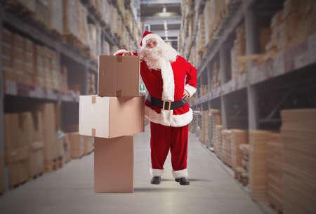 Vermoeide Kerstman koerier met enkele verpakking