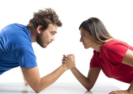 젊은 부부 사이에 팔 레슬링 도전 스톡 콘텐츠