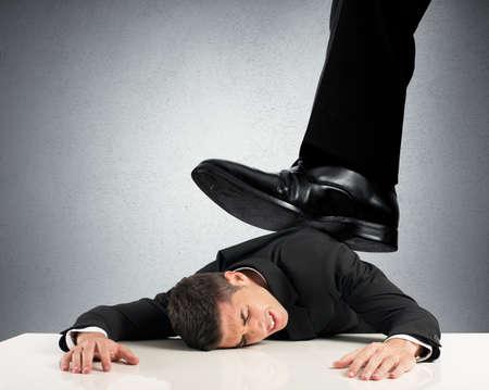 pesantezza: Concetto di oppressi dal boss con l'imprenditore sotto una grande scarpa