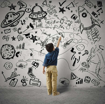 Begrip kleine genie met kind en varius tekeningen