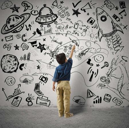 imaginacion: Concepto de peque�o genio con dibujos del ni�o y varius