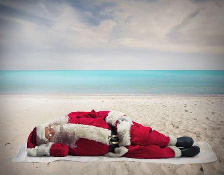 산타 클로스: 산타 클로스는 뜨거운 해변에서 자