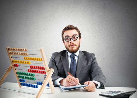 Concept van de nerd met financiële zakenman met rekenmachine Stockfoto