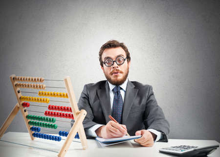 abaco: Concepto del empollón con el empresario financiero con la calculadora