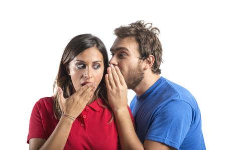 stupor: Concepto de chismes con el muchacho susurra chica