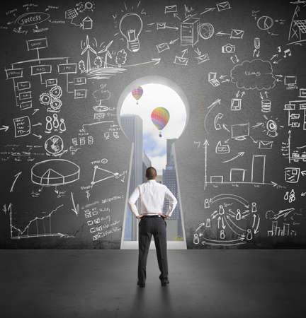 vision futuro: Exitoso hombre de negocios que mira al futuro a través de ojo de la cerradura