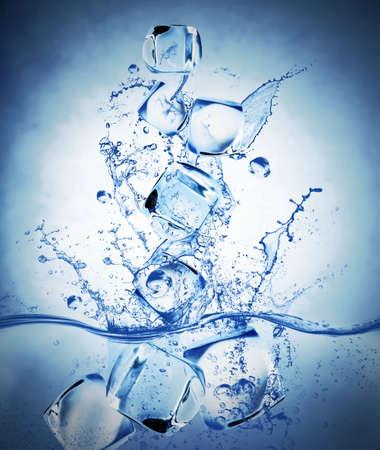 cubetti di ghiaccio: Concetto di acqua fresca con cubetti di ghiaccio e spruzzi d'acqua