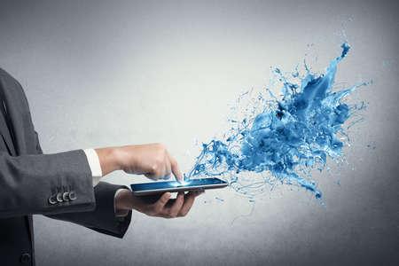 konzepte: Konzept von Creative Technology mit Geschäftsmann und Tablet