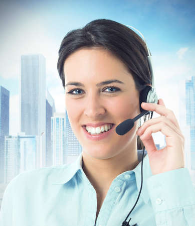 aide à la personne: Concept de service à la clientèle avec une belle femme sur le centre d'appel
