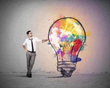 pensamiento creativo: Concepto de idea de negocio creativa con colorido bombilla Foto de archivo