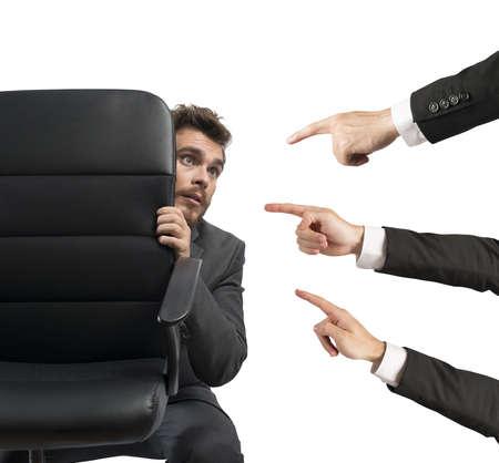 desacuerdo: Concepto de empresario culpable detrás de una silla Foto de archivo