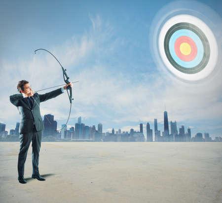 Concept van Determinated zakenman met pijl en boog