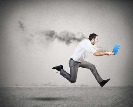 running: Hombre de negocios corriente tiene problemas y errores con ordenador