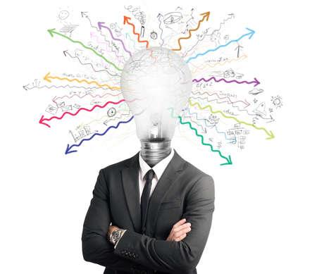 Het concept van het genie met verlichte gloeilamp in hoofd
