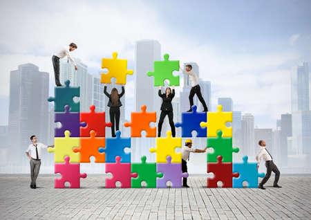 zusammenarbeit: Team von Gesch�ftsleuten bauen eine neue Gesellschaft