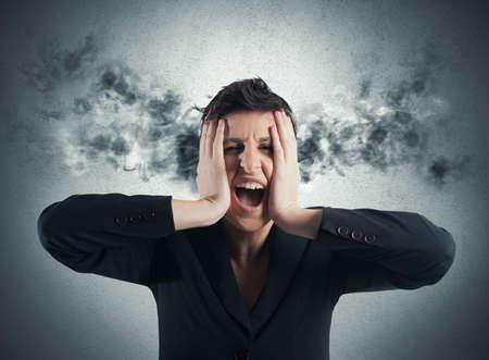 Gestresste Geschäftsfrau mit Rauch aus den Ohren kommen