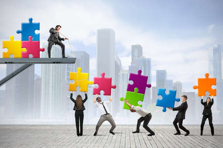 Team von Geschäftsleuten bauen eine neue Gesellschaft Standard-Bild - 24971707