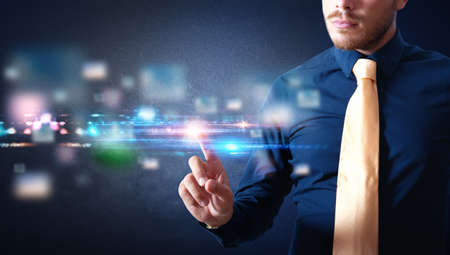 futuristico: Uomo d'affari di lavoro con una interfaccia touch screen futuristico