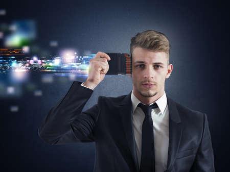 Concept zakenman geheugen upgraden met futuristische effect