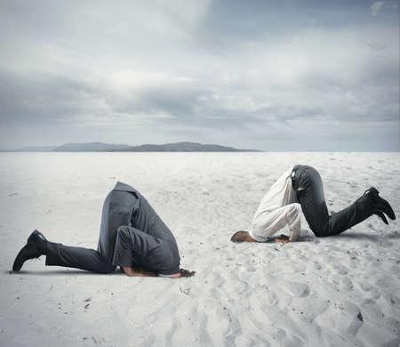 Concetto di paura della crisi con l'imprenditore come uno struzzo
