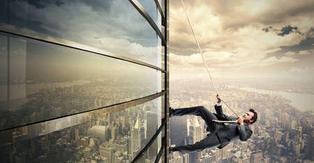 Concept van Klim naar het succes met het beklimmen van zakenman