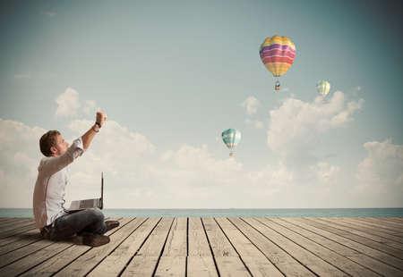 mouche: Homme d'affaires prosp�re de travail en plein air avec un ordinateur portable Banque d'images