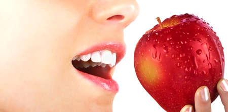 Schönheit und healt Konzept mit jungen Mädchen, dass das Essen einen Apfel Standard-Bild - 25305994