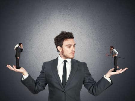Geschäftsmann zwischen gut oder schlecht verwechselt Standard-Bild