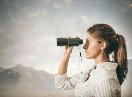 Concept of Business exploratie met zakenvrouw en verrekijkers Stockfoto
