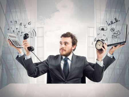 weariness: Concepto de hombre de negocios ocupado multitarea en el trabajo Foto de archivo