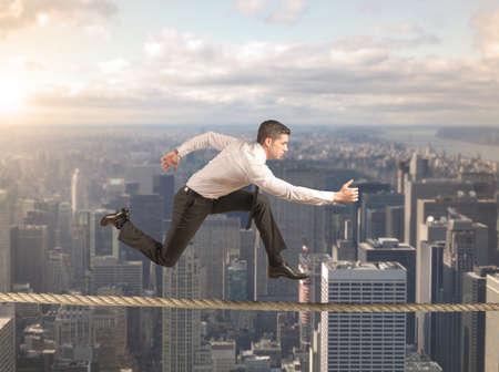 Begreppet hårda affärer med rinnande affärsman Stockfoto