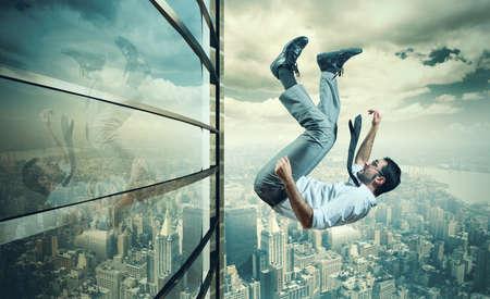 Concepto de fallo de un hombre de negocios debido a la crisis