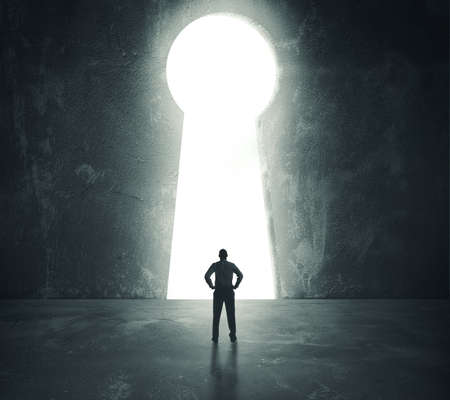Concept van het succes met zakenman kijkt door een sleutelgat