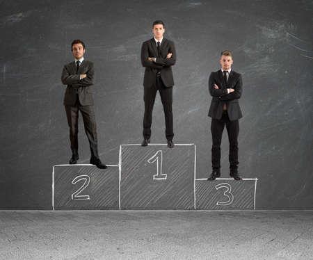 Concepto de la competencia con el empresario en el podio Foto de archivo