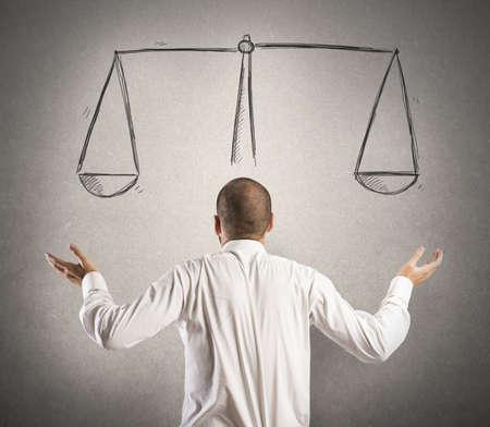 confundido: Decisi�n de un hombre de negocios con un dibujo de equilibrio
