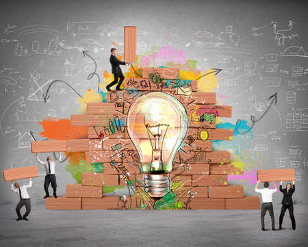 기업인은 새로운 창조적 인 아이디어를 위해 함께 작동