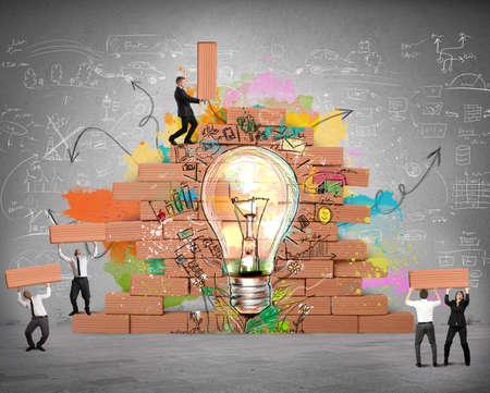 idée: Les gens d'affaires travaillent ensemble pour une nouvelle idée créative